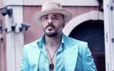 نحنا ستايل – رامي عياش بإطلالة عصرية باللون الأزرق الفاتح